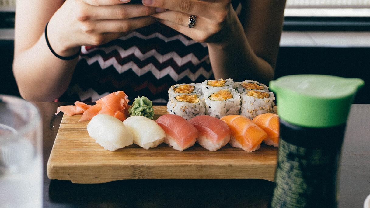 くら寿司 大阪の店舗が大炎上!!魚をゴミ箱に放り投げるバイトテロ!?のアイキャッチ